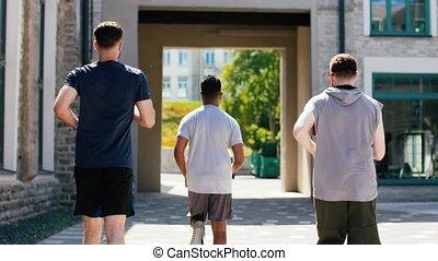 ou, dehors, hommes, mâle jeune, amis, courant