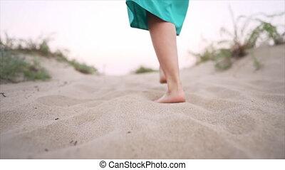 ou, lent, promenades, marche, porter, loin, femme, jambes, jupe, appareil photo, desert., sablonneux, motion., girl, bleu, plage, pieds nue
