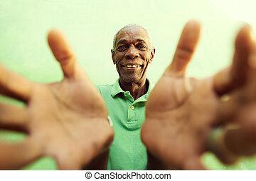 oud, afrikaanse man, met, handen, en, armen open, omhelzen, de, fototoestel