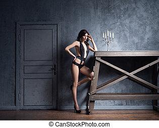 oud, armoedig, jonge vrouw , het poseren, lingerie.,...
