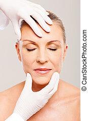 oud, controleren, van een vrouw, plastic, middelbare , chirurg, gezicht