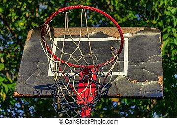 oud, en, beschadigd, basketbal hoop, met, kooi, en, woning, in, de, achtergrond, van, onder
