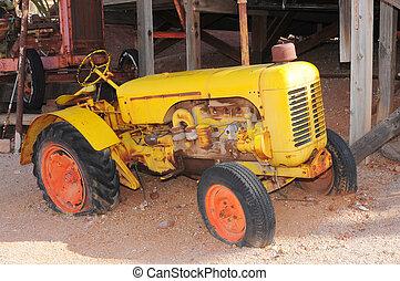 oud, gele tractor