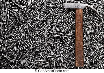 oud, hamer, en, spijkers, op, tafel