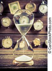 oud, hourglass, met, vloeiend, zand