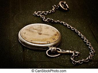 oud, klok, met, ketting, het liggen, op, ruige , groene,...