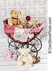 oud, knuffelbeertjes, en, speelgoed, in, ouderwetse , kinderwagen