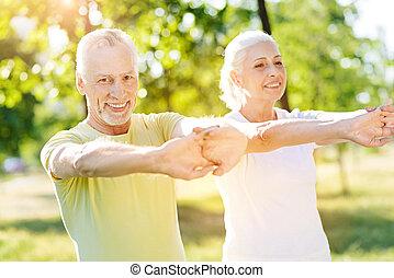oud, paar, sportende, oefeningen, het genieten van, blij
