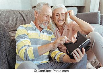 oud, positief, paar, op, feitelijke realiteit, apparaat, het proberen