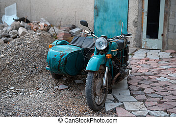 oud, sovjet, motorfiets, met, een, wandelaar, in, een, dump.