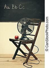oud, ventilator, met, appel, op, stoel, in, schoolruimte
