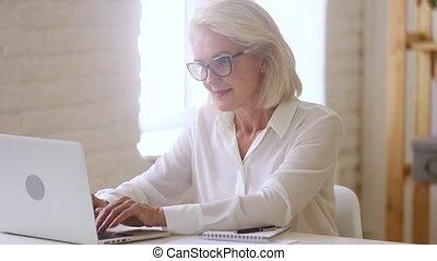oud, werkende , zittende , businesswoman, draagbare...