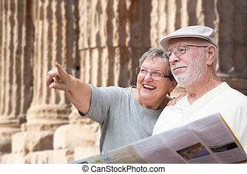 oud, zuil, paar, volgende, ruins., volwassene, informatieboekje , senior, toeristen, vrolijke