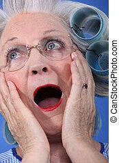 oude dame, geshockeerde