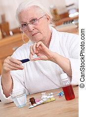 oude dame, het nemen van medicijn