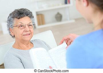 oude dame, lezende