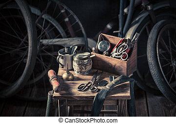 oude fiets, herstelling, workshop, met, gereedschap, wielen, en, buis