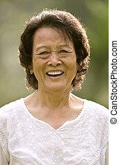oude vrouw, aziaat, het glimlachen