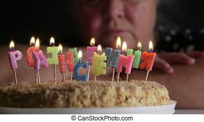oude vrouw, beschouwen, verjaardagstaart, met, kaarsjes, gelukkige verjaardag, in, russische