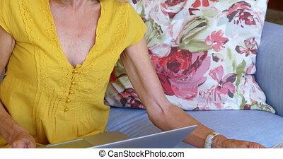 oude vrouw, controleren, rekeningen, op, sofa, 4k