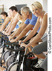 oude vrouw, cycling, in, het spinnen, stand, in, gym