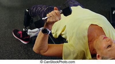 oude vrouw, doen, borst pers, workout, met, dumbbell, 4k