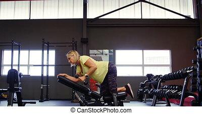 oude vrouw, doen, dumbbell, roeien, oefening, 4k