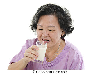 oude vrouw, drinkt, soy melk