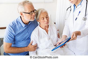 oude vrouw, en, arts, met, tablet pc, op, ziekenhuis