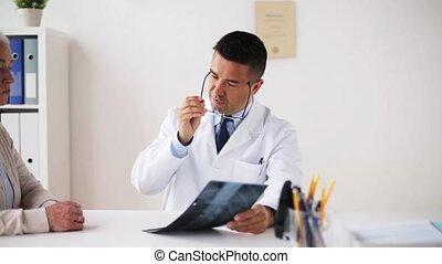 oude vrouw, en, dokter met röntgenfoto, op, ziekenhuis