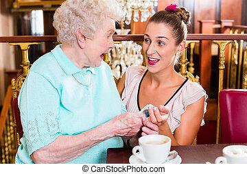 oude vrouw, en, kleindochter, op, koffie, in, koffiehuis