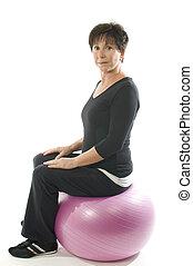 oude vrouw, fitness oefening, met, kern, opleiding, bal