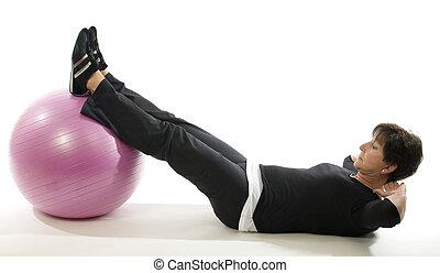 oude vrouw, fitness oefening, zitten ups, met, kern, opleiding, bal