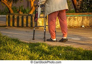 oude vrouw, gebruik, een, walker
