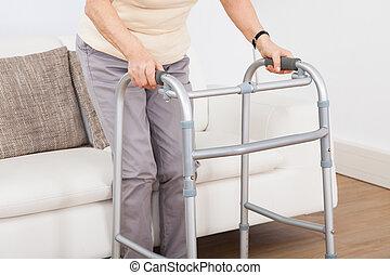 oude vrouw, gebruik, lopend met vensterraam