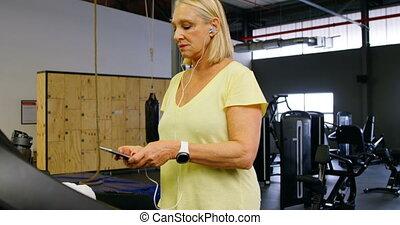 oude vrouw, gebruik, mobiele telefoon, gedurende, oefening,...