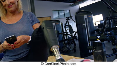 oude vrouw, gebruik, mobiele telefoon, in, fitness, studio,...