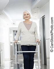 oude vrouw, gebruik, walker, op, rehab, centrum