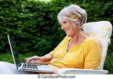 oude vrouw, gebruikende laptop, op, stoel, op, park