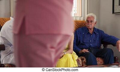 oude vrouw, gedurende, bezoek, met, jonge arts, in, ziekenhuis