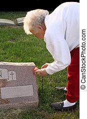 oude vrouw, graf, bezoeken