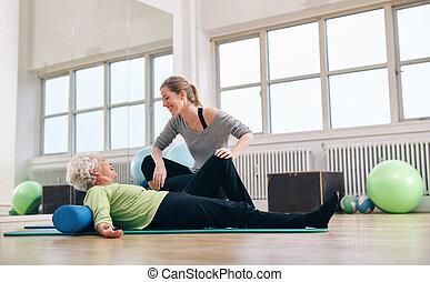 oude vrouw, hebben, een, vriendelijk, praatje, met, haar, persoonlijke trainer