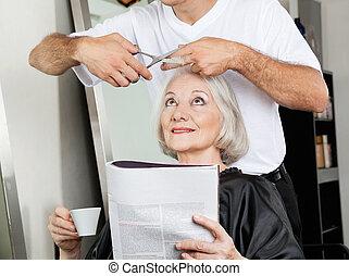 oude vrouw, hebben, kapsel, op, salon