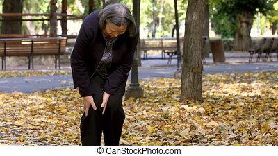 oude vrouw, hebben, kniepijn, wandelende, in park