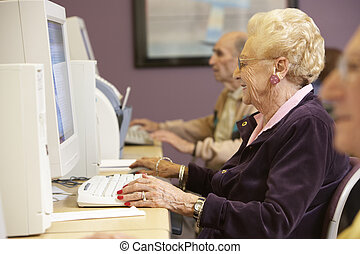 oude vrouw, het gebruiken computer