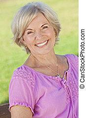 oude vrouw, het glimlachen, aantrekkelijk