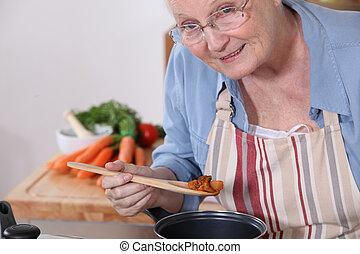 oude vrouw, het koken