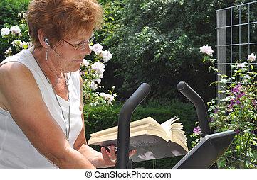 oude vrouw, het lezen van een boek, gedurende, haar, workout