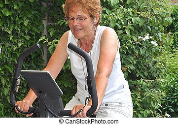 oude vrouw, het luisteren, om te, favoriet, muziek, gedurende, workout