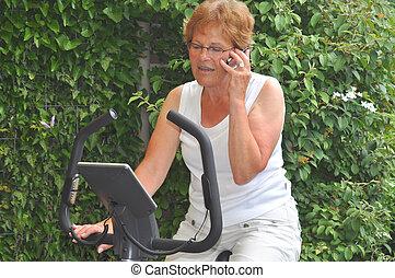 oude vrouw, het uitwerken, gedurende, kantooruren